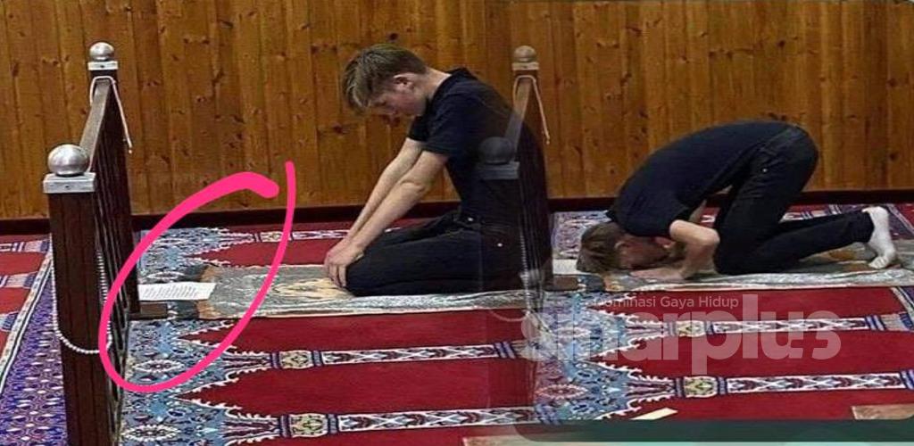 Baru peluk Islam, pemuda letak nota atas sejadah untuk belajar solat