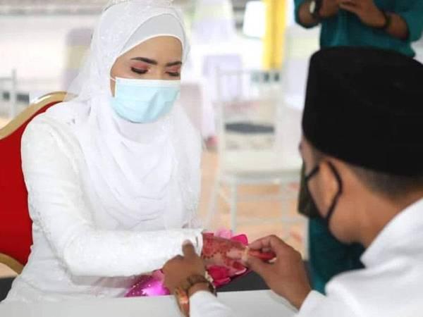 Majlis akad nikah wanita tersebut dan suaminya berlangsung di pejabat Jabatan Agama Islam Wilayah (JAWI) pagi tadi dengan mematuhi prosedur operasi standard (SOP) yang ditetapkan.