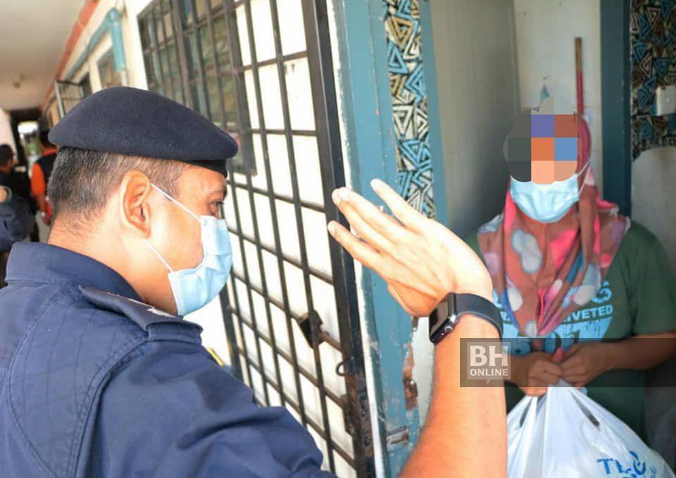 Nik Ezanee mengetuai pegawai dan anggotanya menyerahkan sumbangan kepada keluarga wanita terbabit. - Foto FB Polis Daerah Petaling Jaya