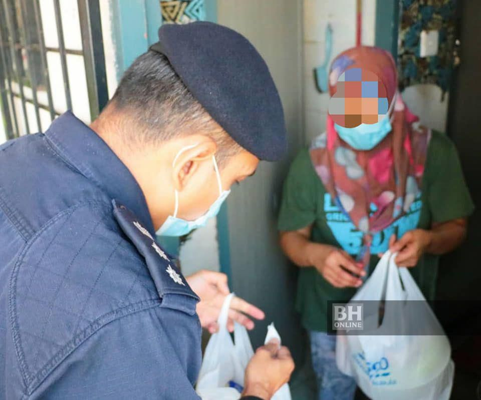 Nik Ezanee tampil menyerahkan sumbangan anggota Polis Daerah Petaling Jaya kepada suri rumah yang dikesan mencuri kerana anak demam dan lapar. - Foto FB Polis Daerah Petaling Jaya